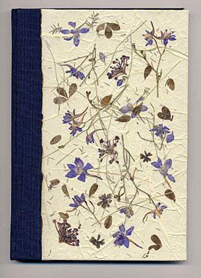 Diario in tela e carta a mano con inclusioni di fiori pressati
