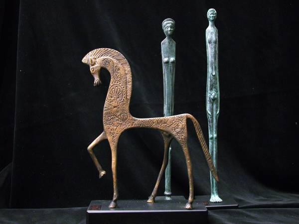 Cavallo bronzo naturale con ombra e donna ossidati